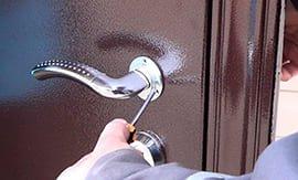 Замена ручек в металлических дверях