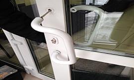 Замена ручек в пластиковых дверях