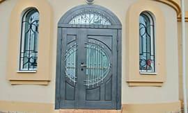 Установка арочной железной двери
