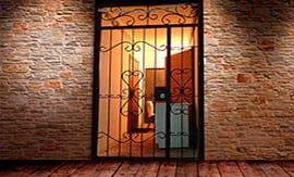 Установка решетчатой железной двери